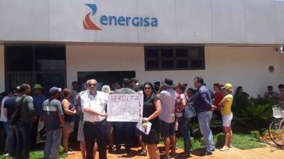 Dezenas protestam por valores cobrados em contas de energia