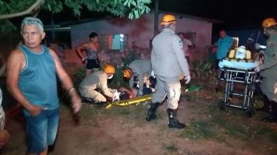 Em Dourados, motociclista perde controle, atropela crianças em calçada e bate em árvore