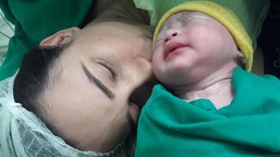 Com depressão pós-parto, mãe que rejeitou bebê teve ajuda da prima para cuidar da filha: 'Me ajudou sem julgar'