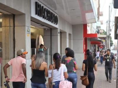 Salário mínimo de R$ 998 terá pouco impacto no comércio, avalia economista