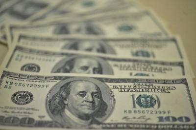 Dólar fecha em alta de olho no exterior