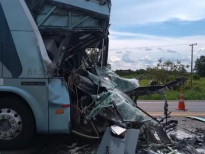 Vítima de acidente entre ônibus e caminhão aguarda por cirurgia