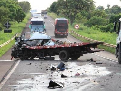Colisão entre caminhão guincho e carreta mata motorista na BR-267
