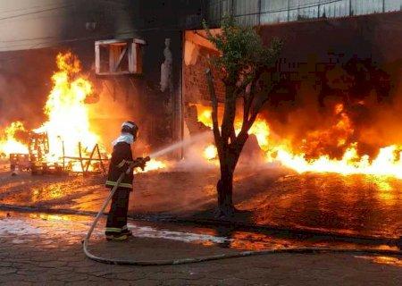 AGORA: Incêndio de grandes proporções atinge empresa em Nova Andradina