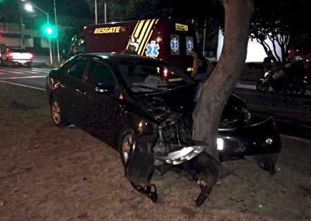 Carro colide em árvore no canteiro central em frente à Prefeitura de Nova Andradina