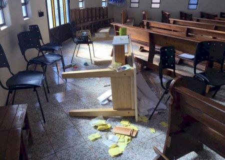 Fiéis chegam para missa e encontram igreja furtada e portas arrombadas em MS