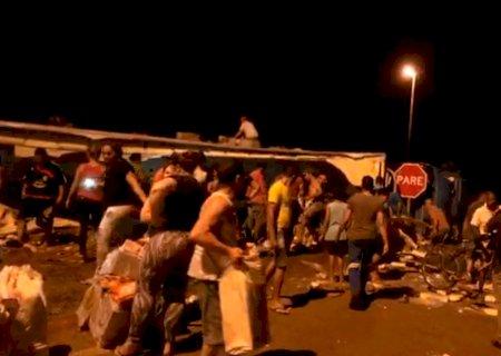Carreta tomba na BR-267 e moradores saqueiam carga de salsicha em Nova Alvorada do Sul