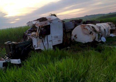 Carreta perde o freio e anda sem controle na MS-141 até tombar em Novo Horizonte do Sul