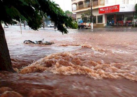 IVINHEMA: Forte chuva alaga ruas e deixa família em situação critica no bairro vitória