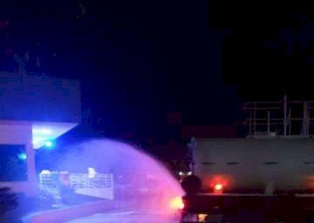 Ponta Porã: Agentes usam caminhão pipa para desinfectar ruas contra o coronavírus