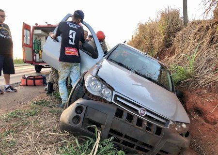 Motorista perde controle de carro, roda na pista e cai em valeta entre Batayporã e Nova Andradina