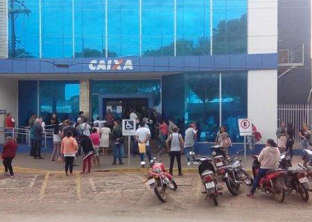 Nem atendimento diferenciado acaba com aglomeração em agências bancárias em Ponta Porã