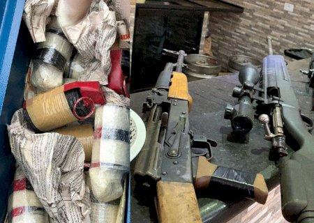 Operação contra o PCC em MS flagra 14 granadas, fuzis e submetralhadora