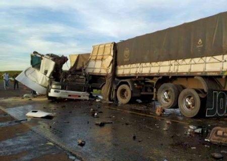 Acidente entre duas carretas mata motorista em Nova Andradina