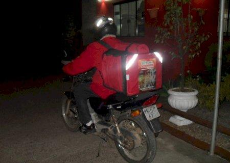 Ladrões assaltam entregador de pizza e levam moto com equipamentos