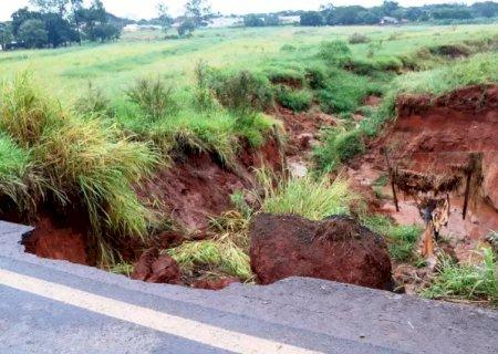 Chuva amplia erosão e interdita trecho de rodovia BR-376 em Ivinhema