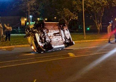 Carro é arremessado por 47 metros após bater em lombada e capotar em Nova Andradina