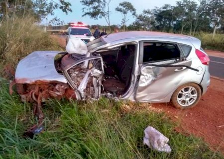 Colisão entre carro e carreta deixa motorista gravemente ferido em Ivinhema