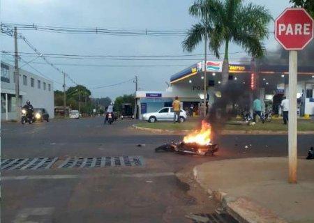 Após bater contra carreta, moto explode e pega fogo em Nova Andradina