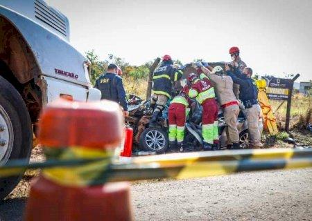 Morre cabo do Exército vítima de batida entre carro e caminhão no avel viário