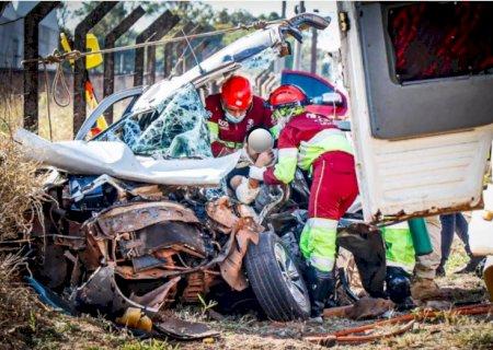 Homem fica preso às ferragens após colisão entre carro e caminhão