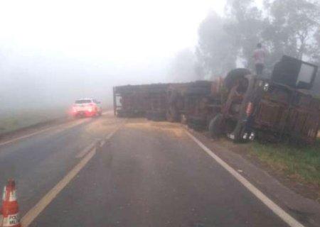 Motorista perde controle de direção e tomba carreta na BR-376 em Ivinhema