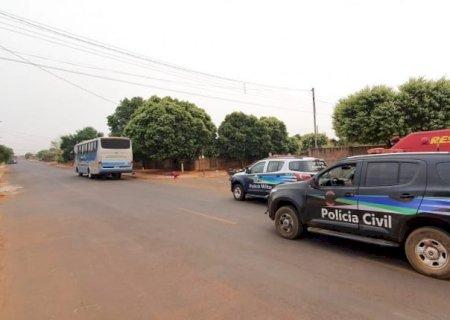 Passageiro de moto morre ao ser arremessado após colisão com ônibus