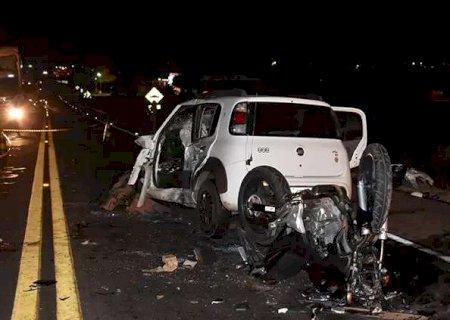 Acidente entre carreta, carro e moto deixa 4 feridos na BR-163