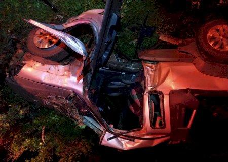 Jovem sai ileso de acidente que deixou carro destruído em Vicentina