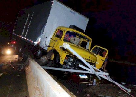 Motorista perde o controle de caminhão e colide em guard rail da Guaicurus