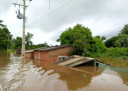 Fortes chuvas alagam casas e desalojam famílias ribeirinhas em Nioaque