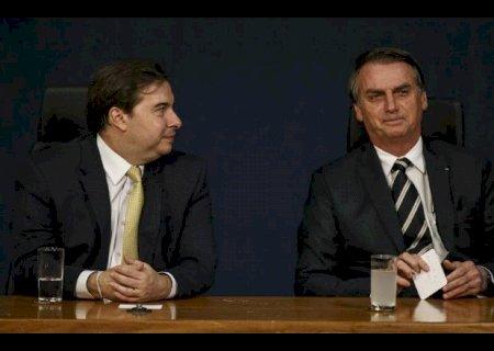 Em meio à disputa na Câmara, Maia ameaça com impeachment de Bolsonaro