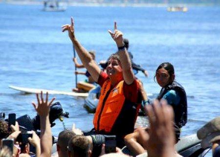 Bolsonaro desce de moto aquática e intensifica aglomeração em praia