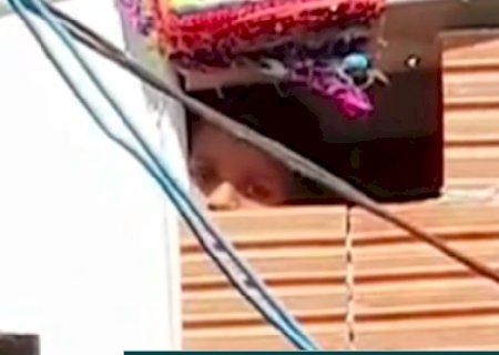 Prefeitura abre investigação interna sobre criança acorrentada em tonel