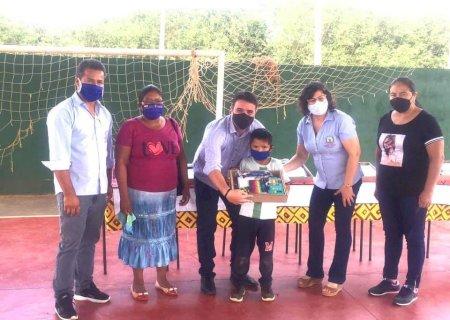 Caarapó distribui kits escolares para alunos da reserva indígena