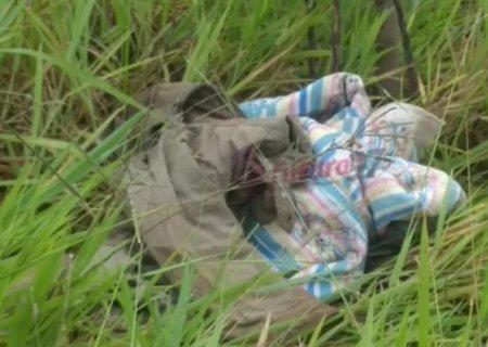 Recém-nascida é encontrada morta enrolada em cobertores no matagal