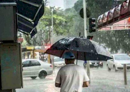 Duas cidades de MS registram mais de 100mm de chuva e região entra em alerta vermelho