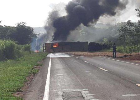 Carreta pega fogo após colisão, interdita pistas e deixa rodovia congestionada