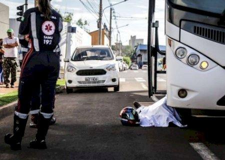 Homem morre ao ser atropelado e arrastado por ônibus