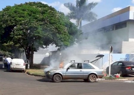 Veículo é destruído pelo fogo em Dourados e ocupantes saem ilesos; veja vídeo