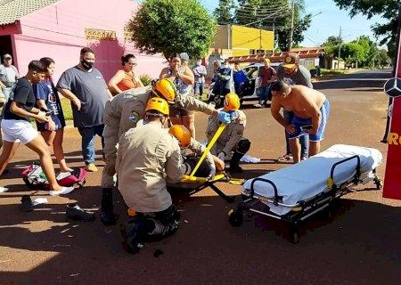 Motociclista tem suspeita de fratura nas pernas após ser atingido por carro