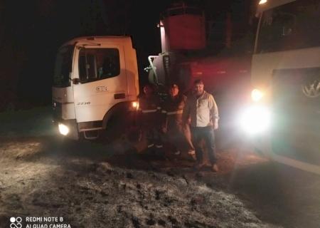 Caminhões-pipa da Central Energética de Vicentina controlam incêndio em pastagens