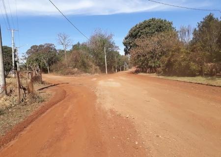 Único distrito ainda sem asfalto, Picadinha é atendida com ação de Barbosinha em Dourados