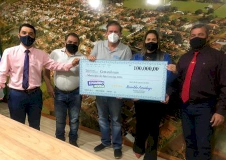 No município de Jateí, deputado Eduardo Rocha entrega R$ 100 mil em emenda