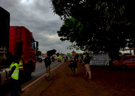 """Apesar de """"pedido"""" de Bolsonaro, caminhoneiros param em pelo menos 16 estados"""