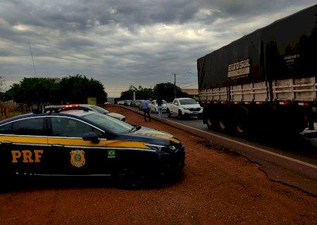 Mesmo com áudio de Bolsonaro pedindo abertura de estradas, caminhoneiros continuam protestos; PRF pediu liminar judicial