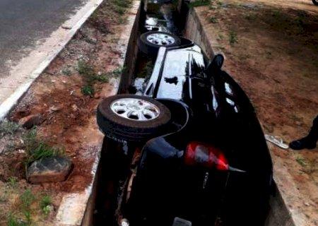 Carro despenca em vala e motorista desaparece após acidente em Coxim