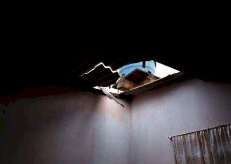 Ao consertar telhas quebradas no temporal, aposentado cai e morre